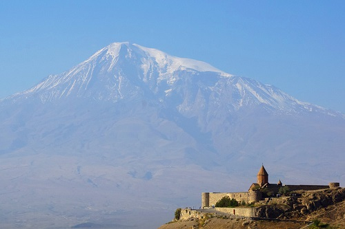 Afbeelding berg en een kasteel in Armenie