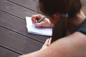 Afbeelding meisje schrijft een gedicht