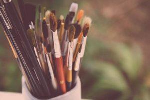 Afbeeld penselen in een mok
