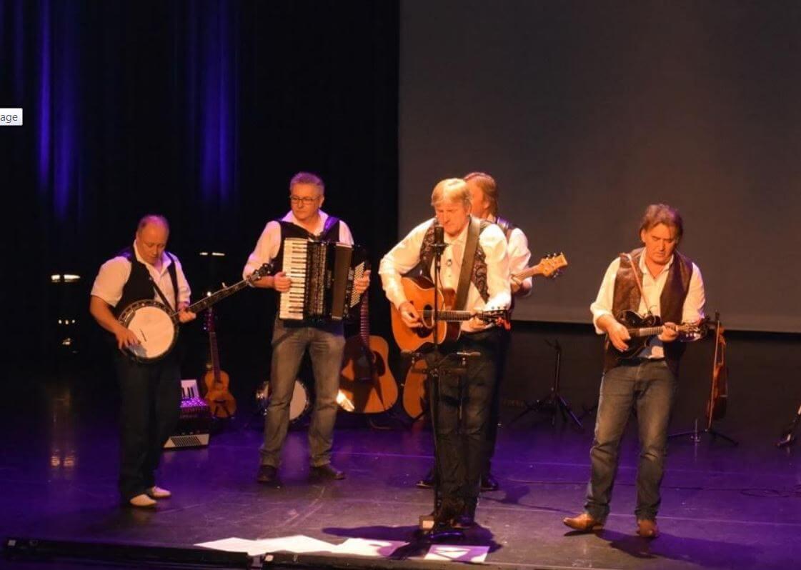 Afbeeldiing van de band de Stroatklinkers op een podium
